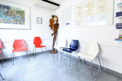 MKG - Zahnarzt Bietigheim-Bissingen - Wartezimmer der Praxis mit Skulptur